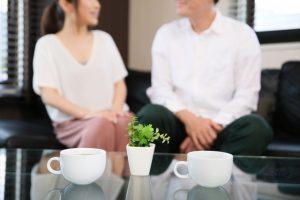 コーヒーを飲みながら会話する夫婦