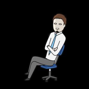 腕組みして座るひげの男性